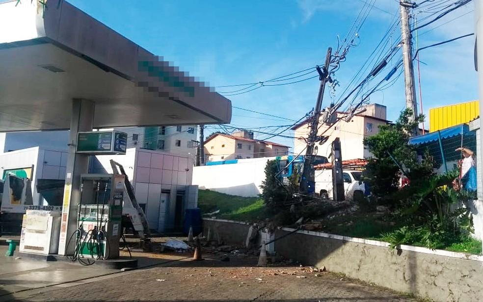 Caminhão invadiu posto de gasolina e atropelou algumas pessoas em Salvador (Foto: Adriana Oliveira/TV Bahia)