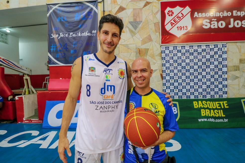 Dedé e Marquinhos após jogo do São José Basketball — Foto: Danilo Sardinha/GloboEsporte.com