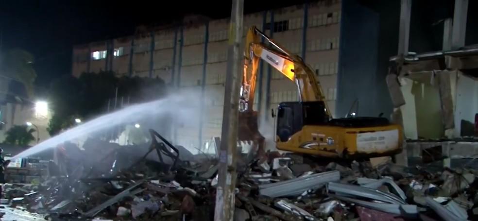 Estrutura de shopping popular no sul da Bahia começa a ser demolida quase um ano após parte de obra desabar — Foto: Reprodução/TV Bahia