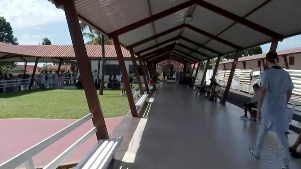 A casa de repouso Hospital Lar Irmã Dulce abriga mais de 200 idosos em Pirajuí — Foto: TV TEM/Reprodução