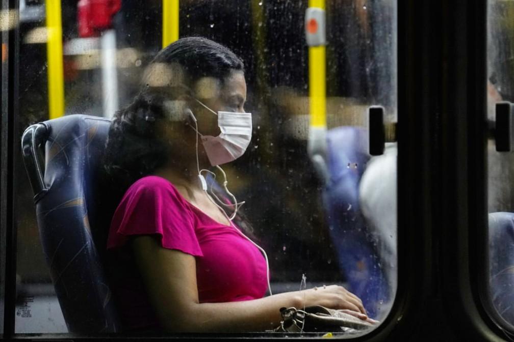 Mulher usa máscara em ônibus no Rio  — Foto: Marcos Serra Lima/ G1