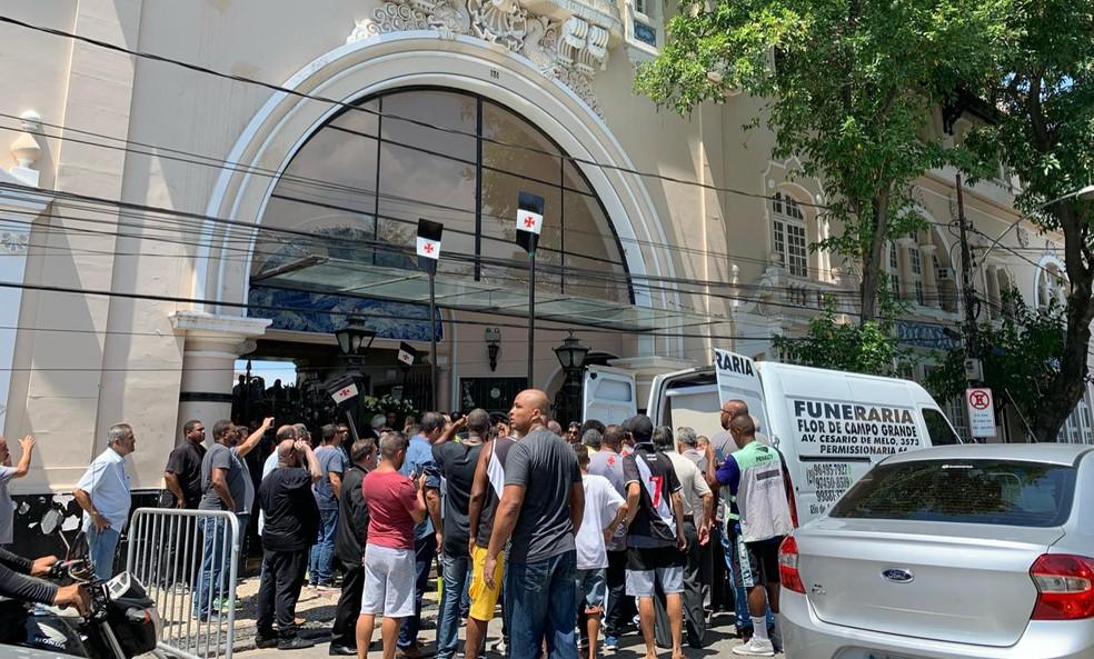 Corpo de Eurico Miranda é levado de São Januário no início da tarde desta quarta — Foto: Bruno Giufrida