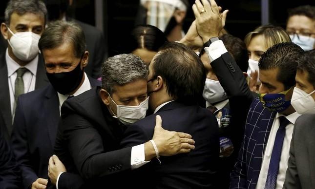 leito presidente da Câmara, Arthur Lira abraça o ex-presidente Rodrigo Maia