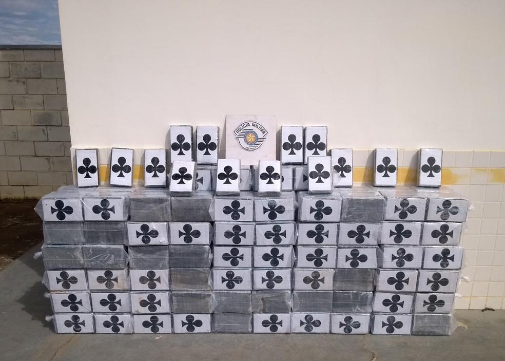 Mais de 500 tabletes de cocaína foram apreendidos em Itatinga — Foto: Polícia Rodoviária / Divulgação