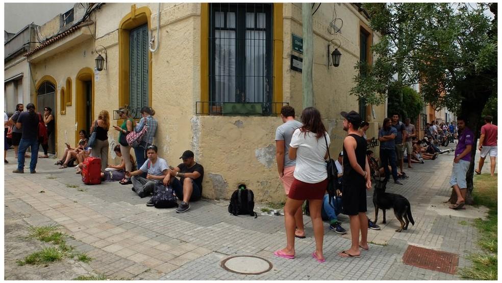Consumidores fazem fila em frente a uma farmácia para comprar cannabis no Uruguai — Foto: BBC