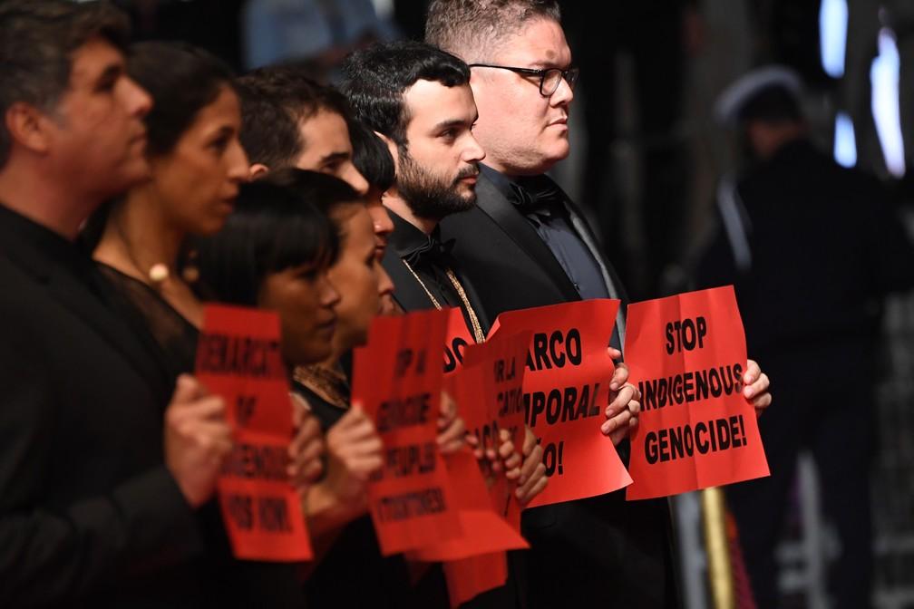 Produtores e atores brasileiros em protesto contra morte de indígenas no Festival de Cannes, na França (Foto: LOIC VENANCE / AFP)