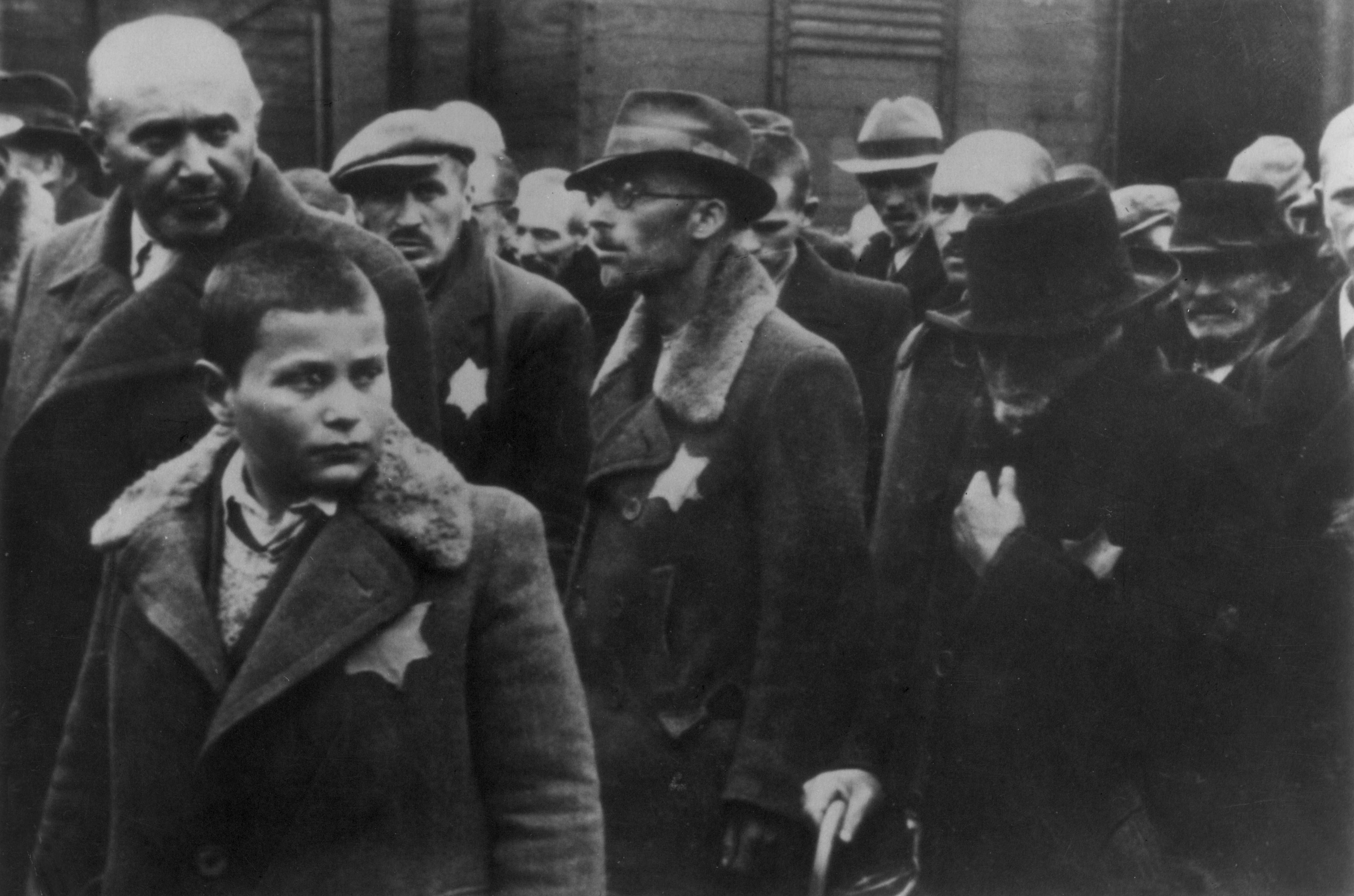 Judeus deportados, marcados com uma estrela amarela, chegam ao campo de concentração (Foto: getty)