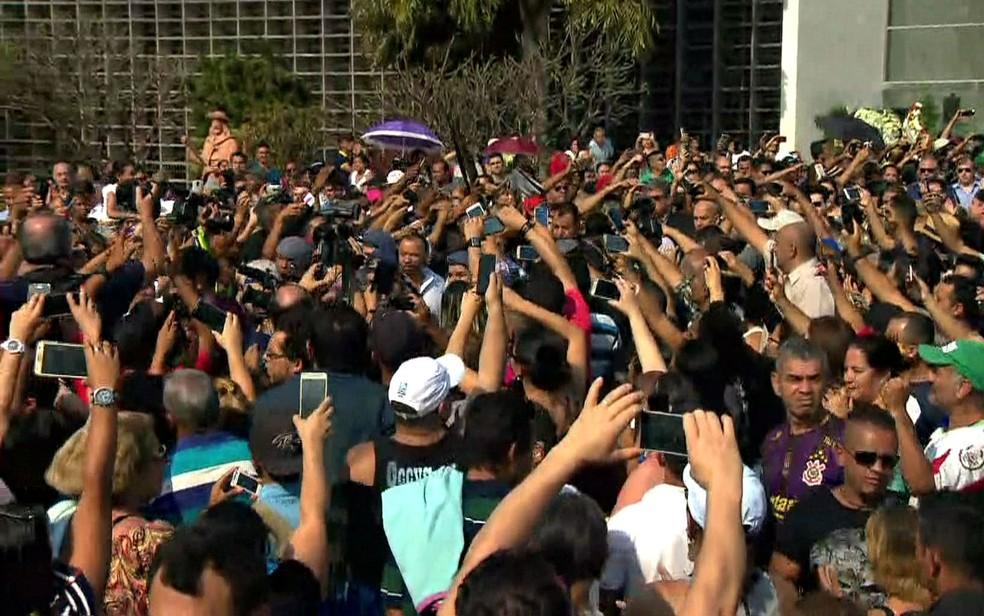 Multidão acompanha saída de carro com o corpo de Marcelo Rezende da Assembleia Legislativa de São Paulo (Foto: GloboNews/Reprodução)