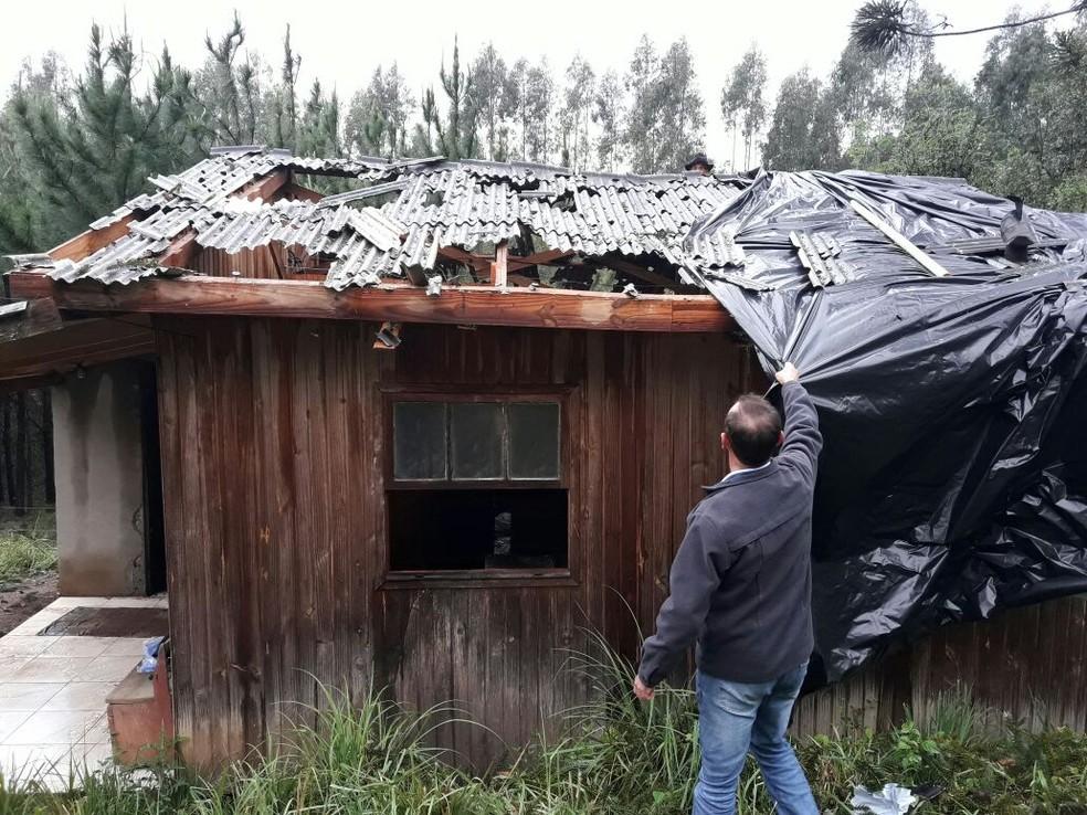 Telhado ficou danificado após chuva de granizo em Celso Ramos (SC) (Foto: Élcio Júnior/Divulgação)