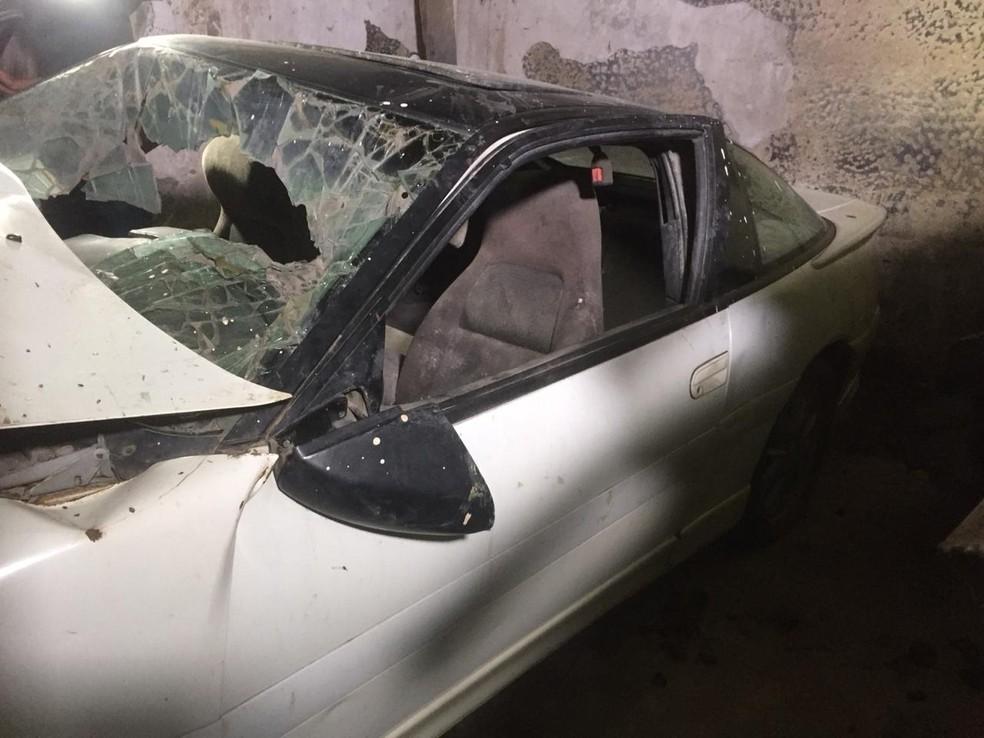 Com vidro quebrado, carro de Dener ainda conserva parte traseira intacta — Foto: Raphael Zarko