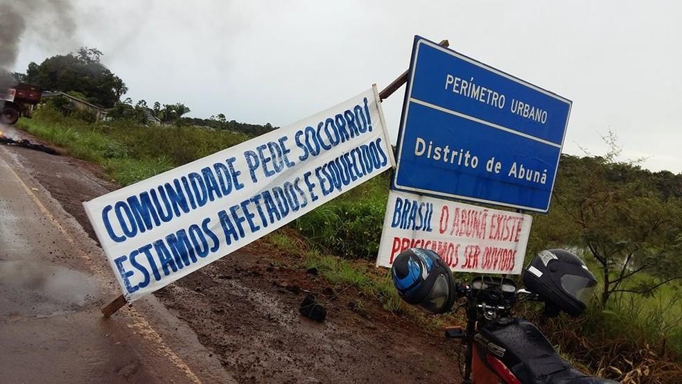 A BR foi fechada no perímetro urbano do distrito de Abunã (Foto: MAB/Divulgação)