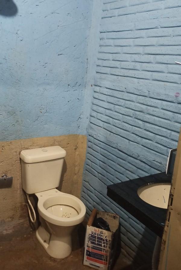 Banheiro de clínica de reabilitação fechada em Patrocínio na última quarta-feira (22) — Foto: Polícia Civil/Divulgação