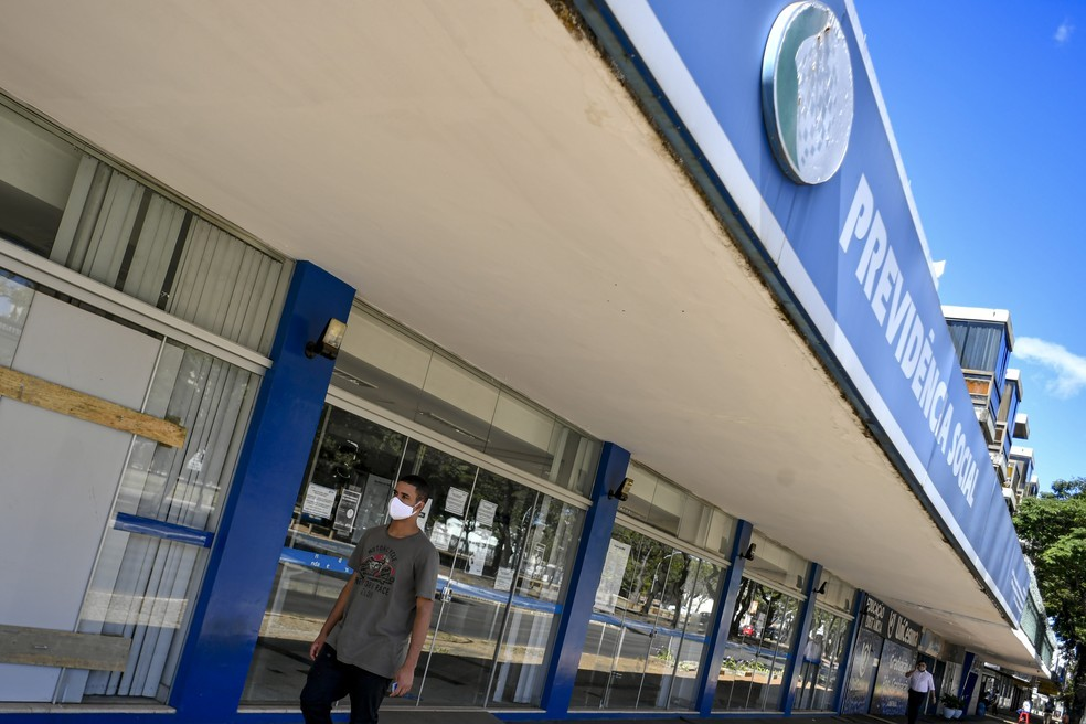 Pedestre passa diante de agência do INSS  — Foto: Mateus Bonomi/Agif/Estadão Conteúdo