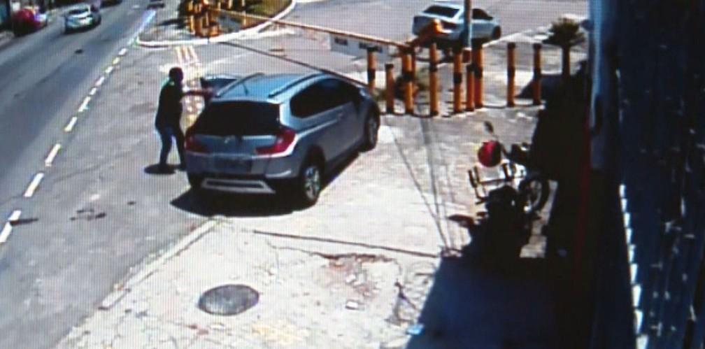 Momento em que Carlos Eduardo é atingido, na Vila Kosmos — Foto: Reprodução/TV Globo
