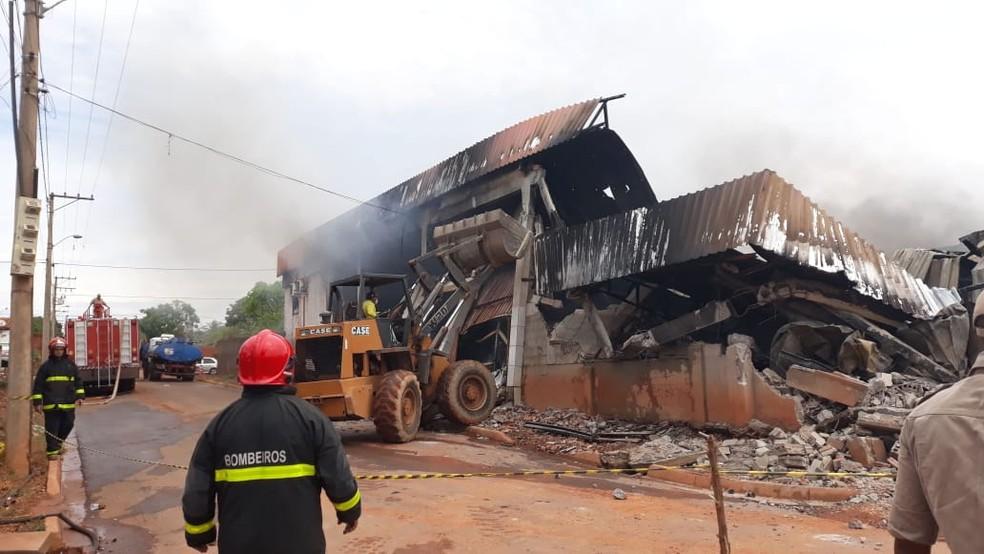 Prédio desmorona após incêndio em Cuiabá — Foto: Corpo de Bombeiros-MT