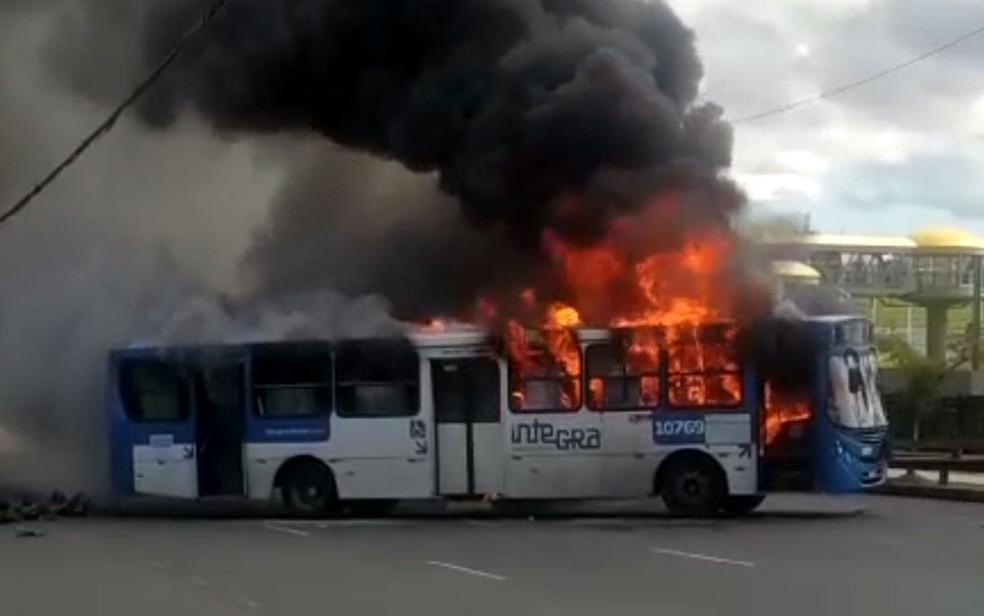 Ônibus pega fogo na Avenida Paralela, em Salvador.  — Foto: Redes Sociais