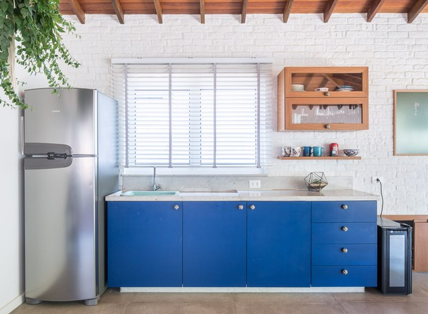 A cozinha do andar superior apostou no tom de azul royal (Foto: Joana França/Divulgação)