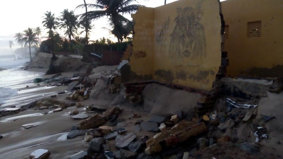 Imóveis desabaram com força da água, em Caiçara do Norte, no Litoral potiguar (Foto: Amarildo Elias)