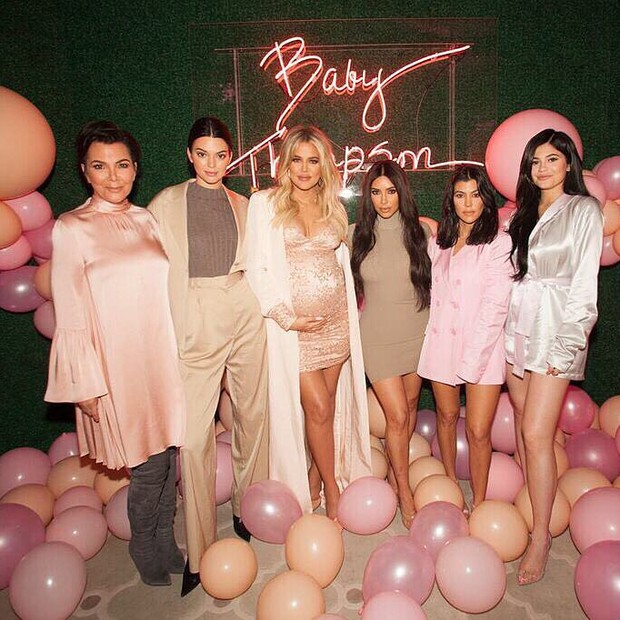 Khloe Kardashian e as irmãs em seu chá de bebê (Foto: Reprodução/Instagram)