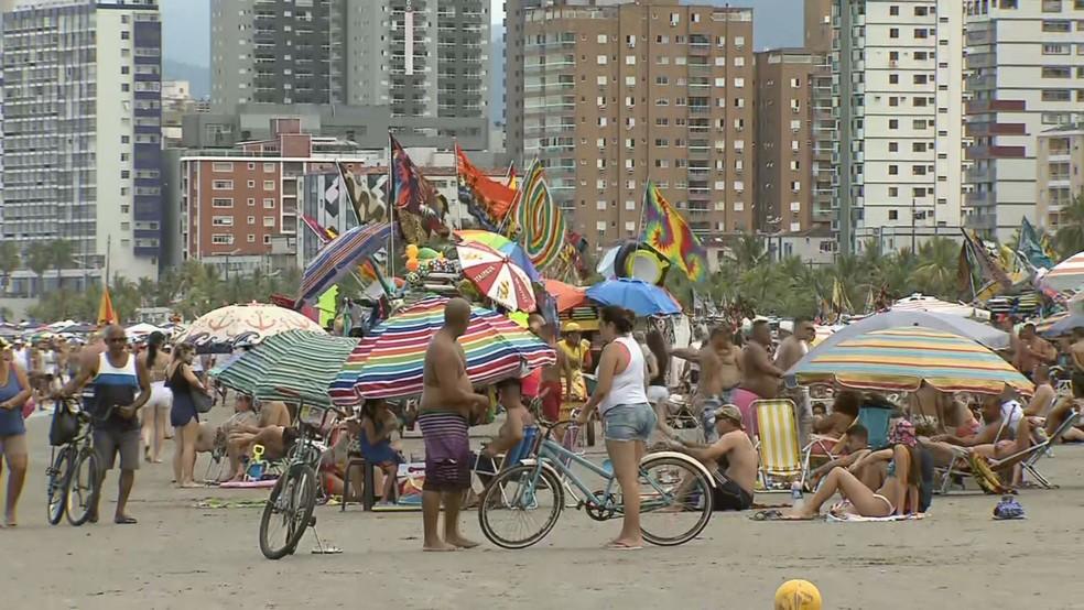 Banhistas se aglomeraram em guarda-sóis na praia — Foto: Reprodução/ TV Tribuna