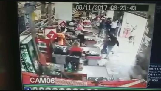 Armado com metralhadora, quadrilha rende clientes, agride funcionário e rouba R$ 10 mil de supermercado; vídeo