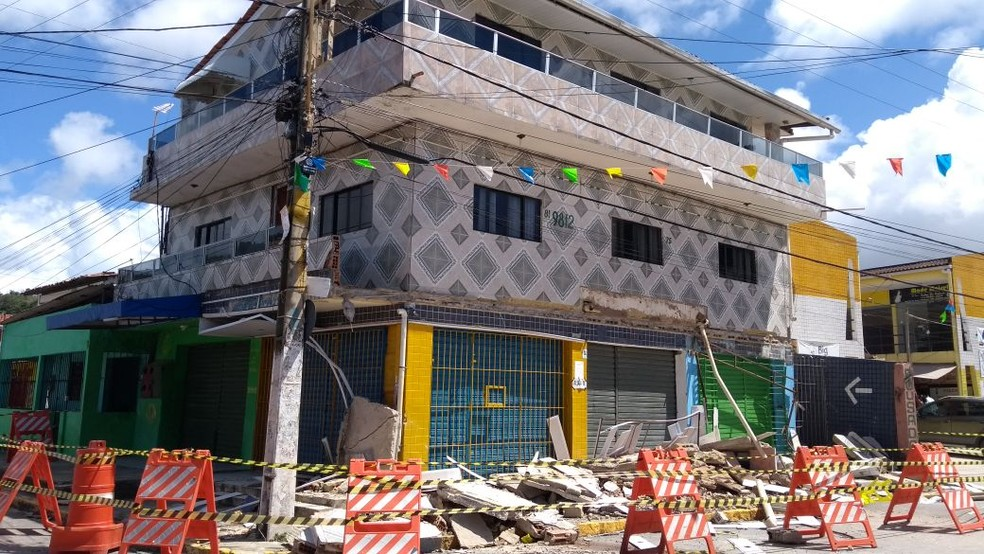Defesa Civil vai demolir varanda no segundo andar na segunda-feira (7) (Foto: Camila Torres/TV Globo)