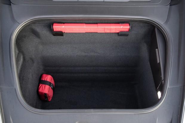 Porta-malas dianteiro tem volume para duas malas, mas há o rebatimento dos bancos de trás (Foto: Divulgação)