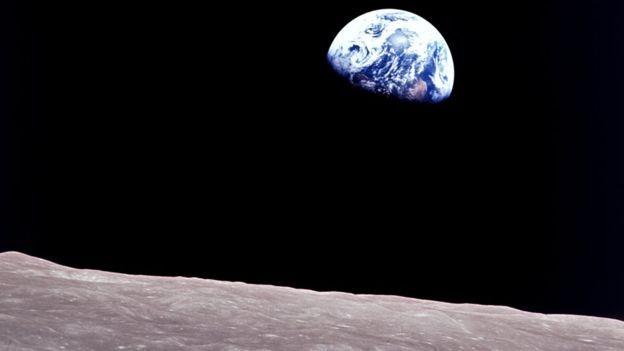 'O nascer da Terra' foi a primeira foto em cores da Terra feita por um humano, um legado da Apollo 8 (Foto: Nasa via BBC News Brasil)