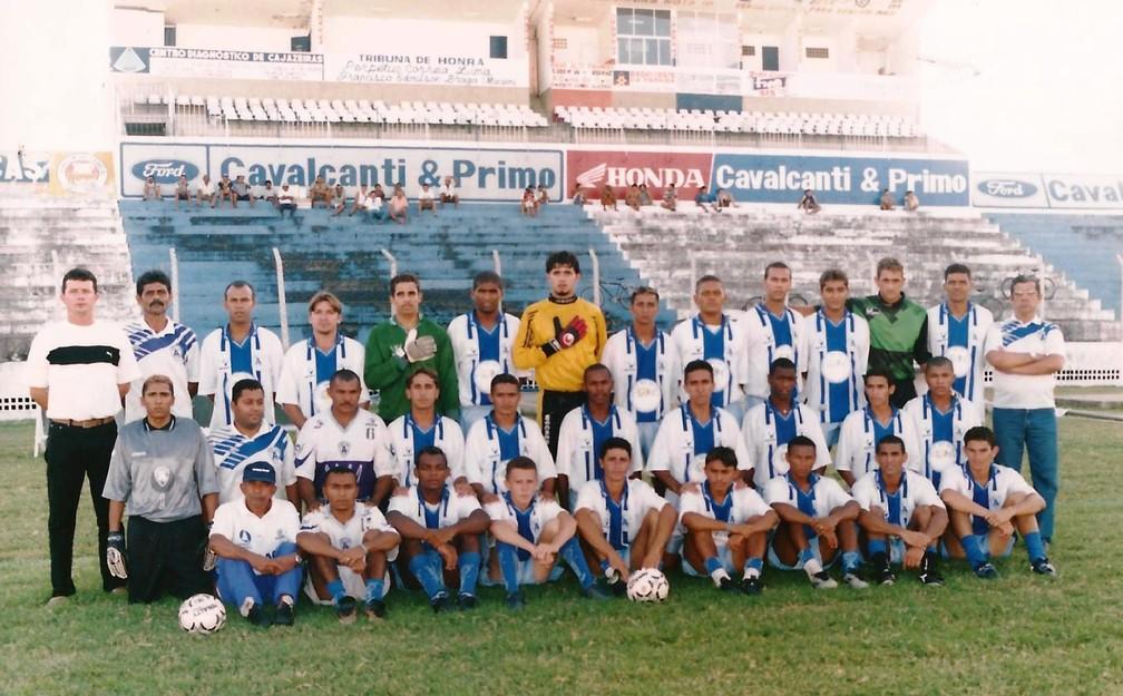 Elenco do Atlético-PB em 2002, na foto oficial do título de campeão paraibano — Foto: Redeusman Lopes / Atlético-PB