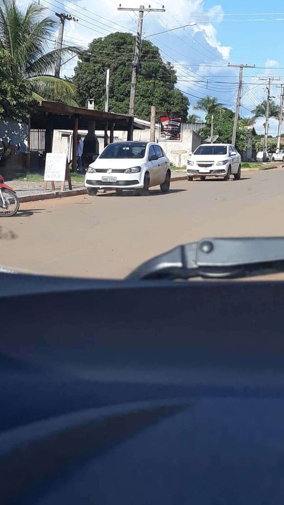 Vereadora foi flagrada dirigindo pelas ruas da cidade mesmo alegando estar com atestado médico — Foto: Divulgação