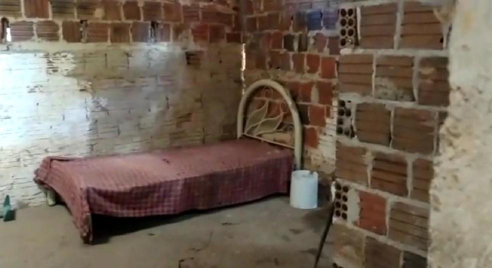 Construção onde homem estava tinha apenas uma cama, baldes e um vaso sanitário, segundo a Polícia Civil — Foto: Polícia Civil/Divulgação