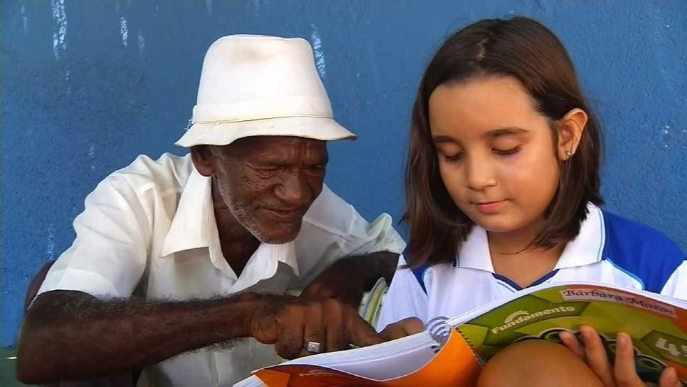 Menina de 9 anos ensina idoso a ler e a escreve pela primeira vez e história viraliza no Ceará — Foto: Reprodução/Sistema Verdes Mares
