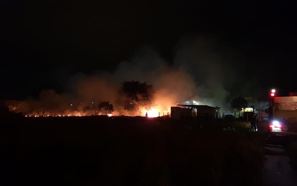 Incêndio atinge vegetação próxima a rodovia de Teixeira de Freitas; bombeiros debelaram chamas