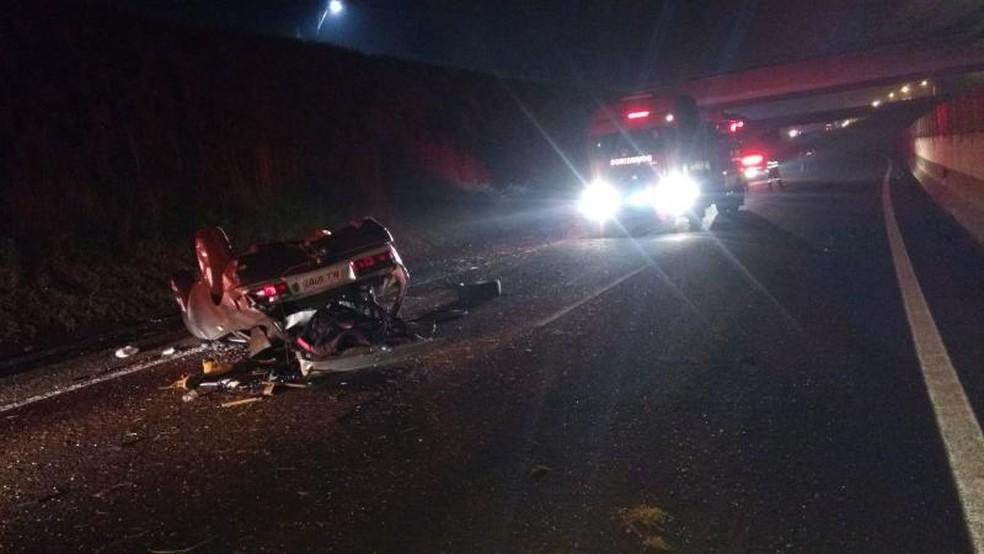 Veículo despencou na rodovia Comandante João Ribeiro de Barros, em Jaú (Foto: Corpo de Bombeiros/Divulgação)