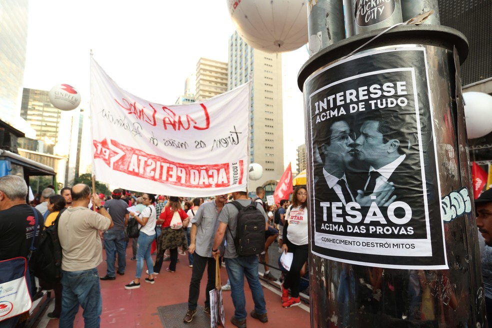SÃO PAULO, 17:11: Manifestantes colaram cartazes contra o governo em protesto na Avenida Paulista nesta sexta (14) — Foto: Celso Tavares/G1