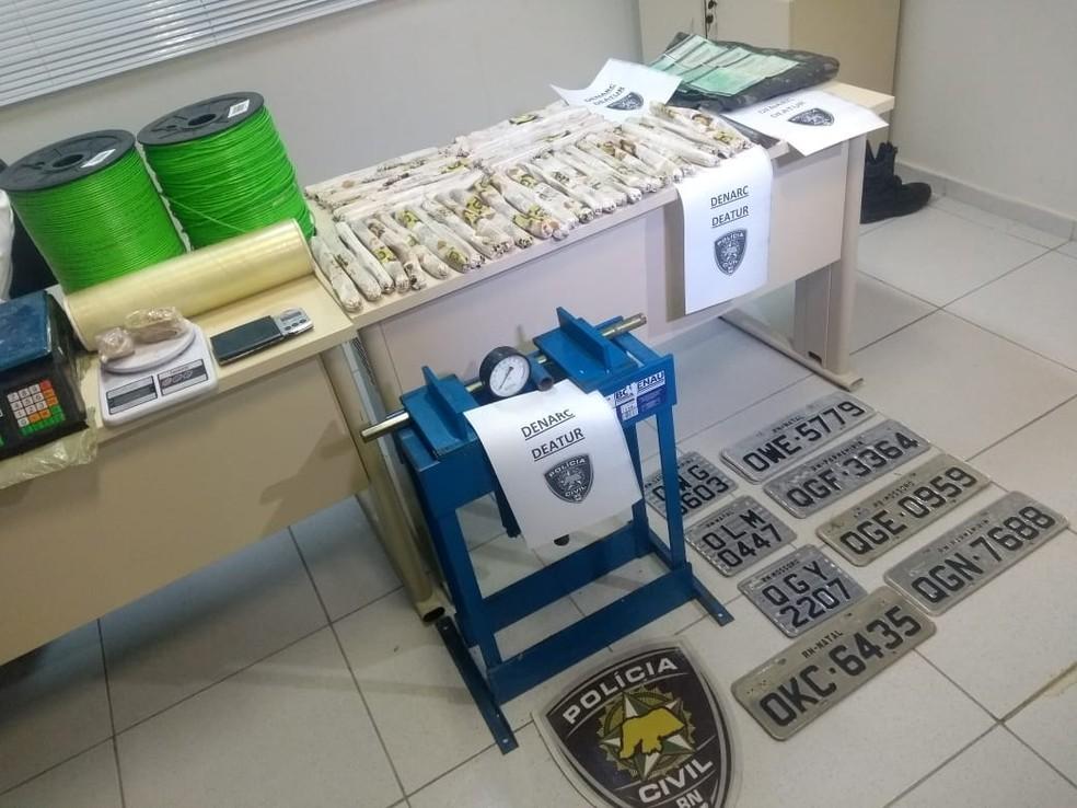 Explosivos, drogas e até placas de veículos foram apreendidos pela Polícia Civil — Foto: Acson Freitas/Inter TV Cabugi