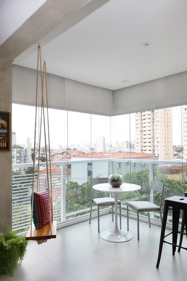TERRAÇO | A ideia de trazer um balanço para o espaço agradou moradores e arquitetos. Ao lado, mesa Saarien com duas cadeiras à venda na Tok & Stok (Foto: Mariana Orsi/Divulgação)