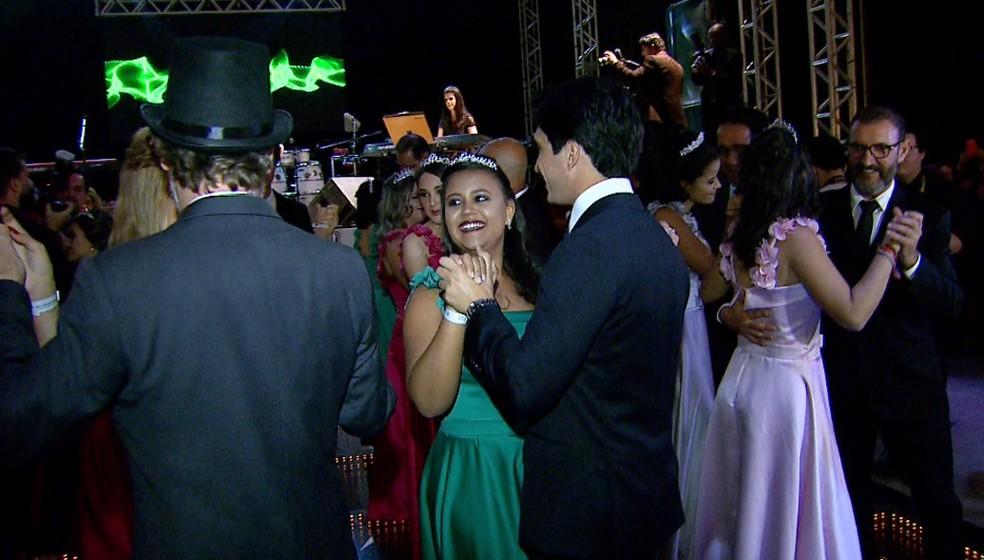 Baile de debutantes com pacientes do Hospital de Amor em Barretos, SP — Foto: Fábio Junior/EPTV