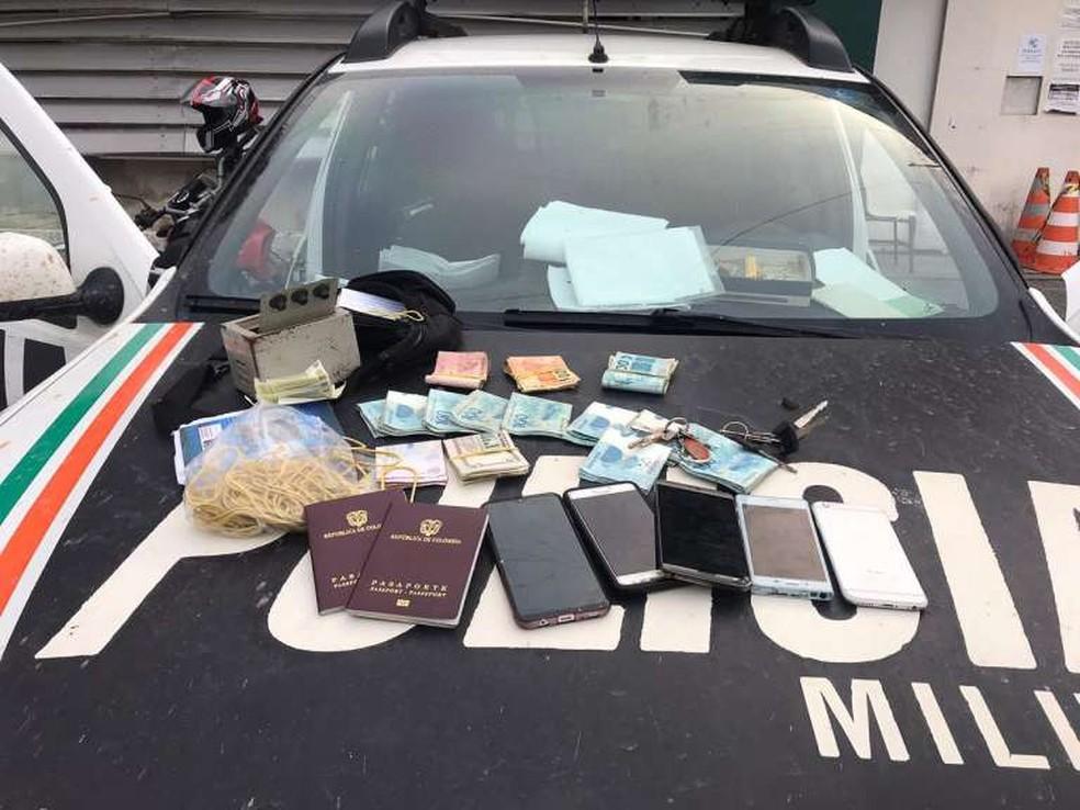 Estrangeiro foi preso com dinheiro, passaportes, celulares e cadernos com anotações na Grande Fortaleza — Foto: SSPDS