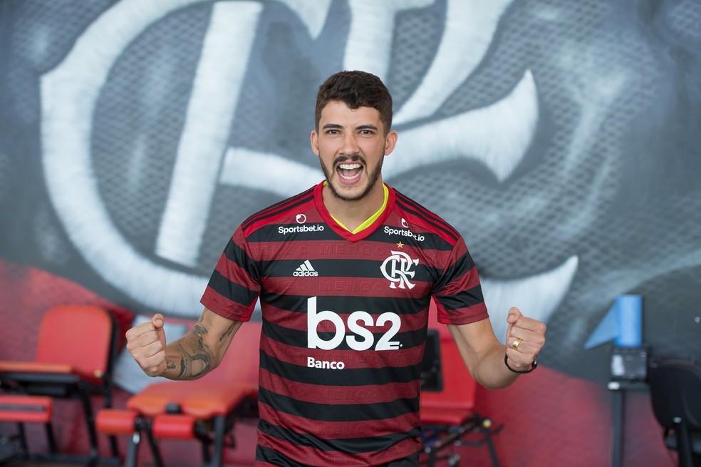 Gustavo Henrique veste a camisa do Flamengo na apresentação — Foto: Alexandre Vidal / Flamengo