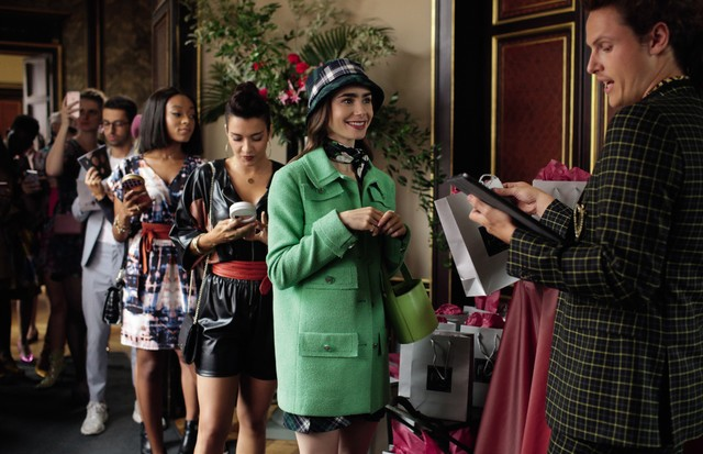 EMILY IN PARIS (L to R) LILY COLLINS as EMILY in episode 105 of EMILY IN PARIS. Cr. CAROLE BETHUEL/NETFLIX © 2020 (Foto: CAROLE BETHUEL/NETFLIX)