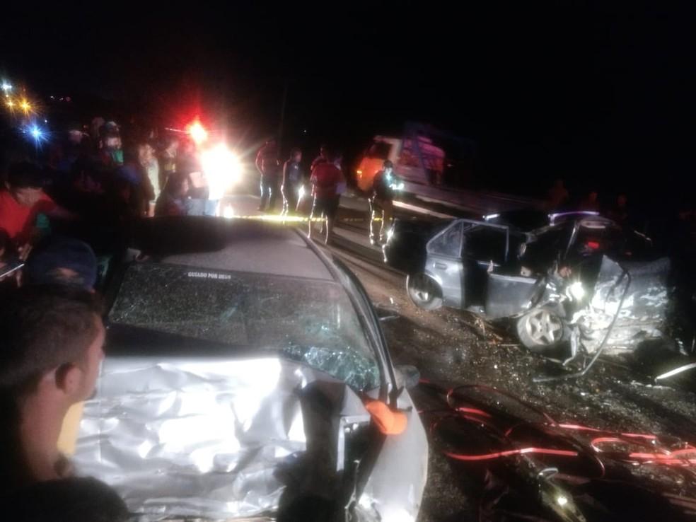 Colisão entre dois veículos deixa 3 mortos e 1 ferido na BR-110. — Foto: Renan Medeiros.