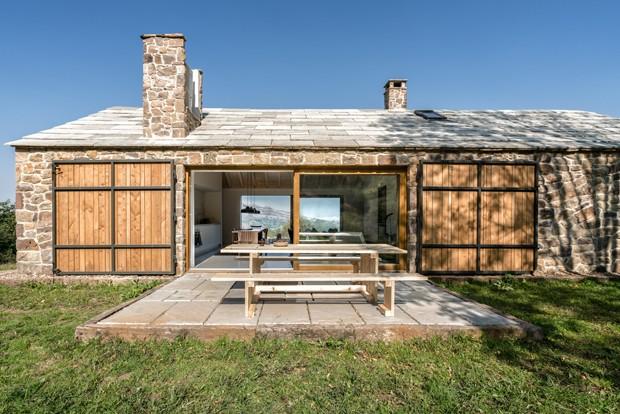 Casa construída em ruína é capaz de gerar a própria energia (Foto: Divulgação)
