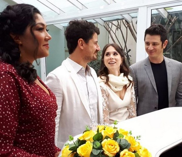 Gustavo Araujo e Daphne Bozaski junto de seus padrinhos  (Foto: reprodução / Instagram)