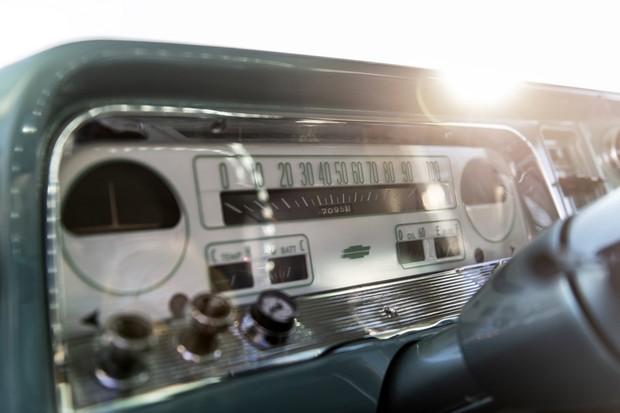 O velocímetro horizontal é um toque comum em carros dos anos 50 e 60 (Foto: Divulgação)