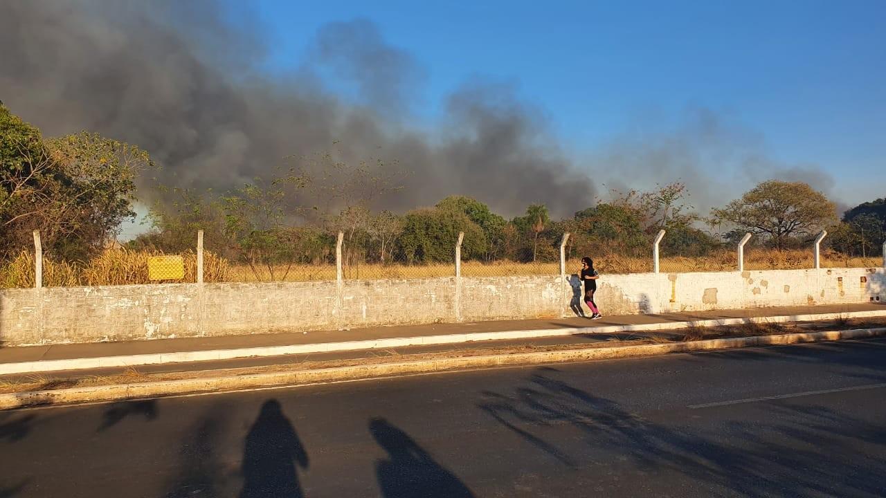 Queimada atinge área ao lado do Aeroporto Marechal Rondon em MT e nuvem de fumaça é vista de longe