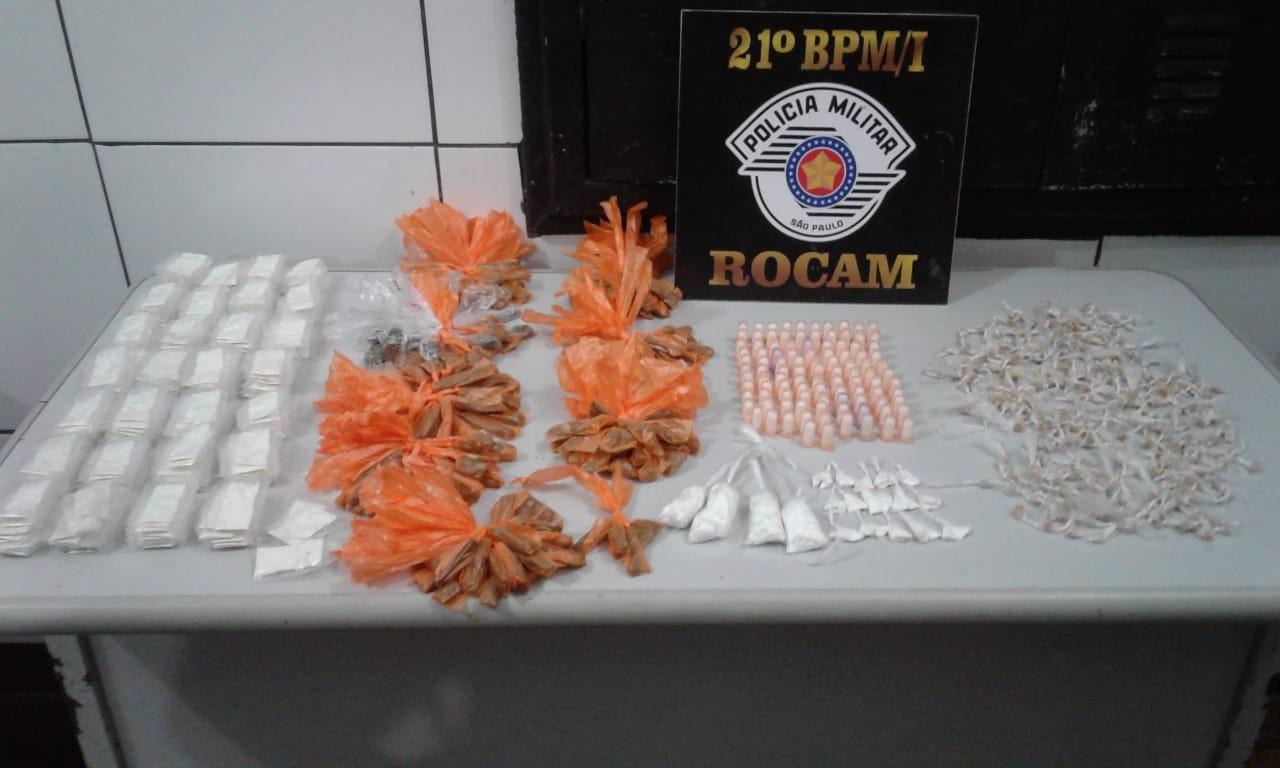 Homem é detido com mochila com mais de mil porções de drogas em Guarujá, SP - Noticias