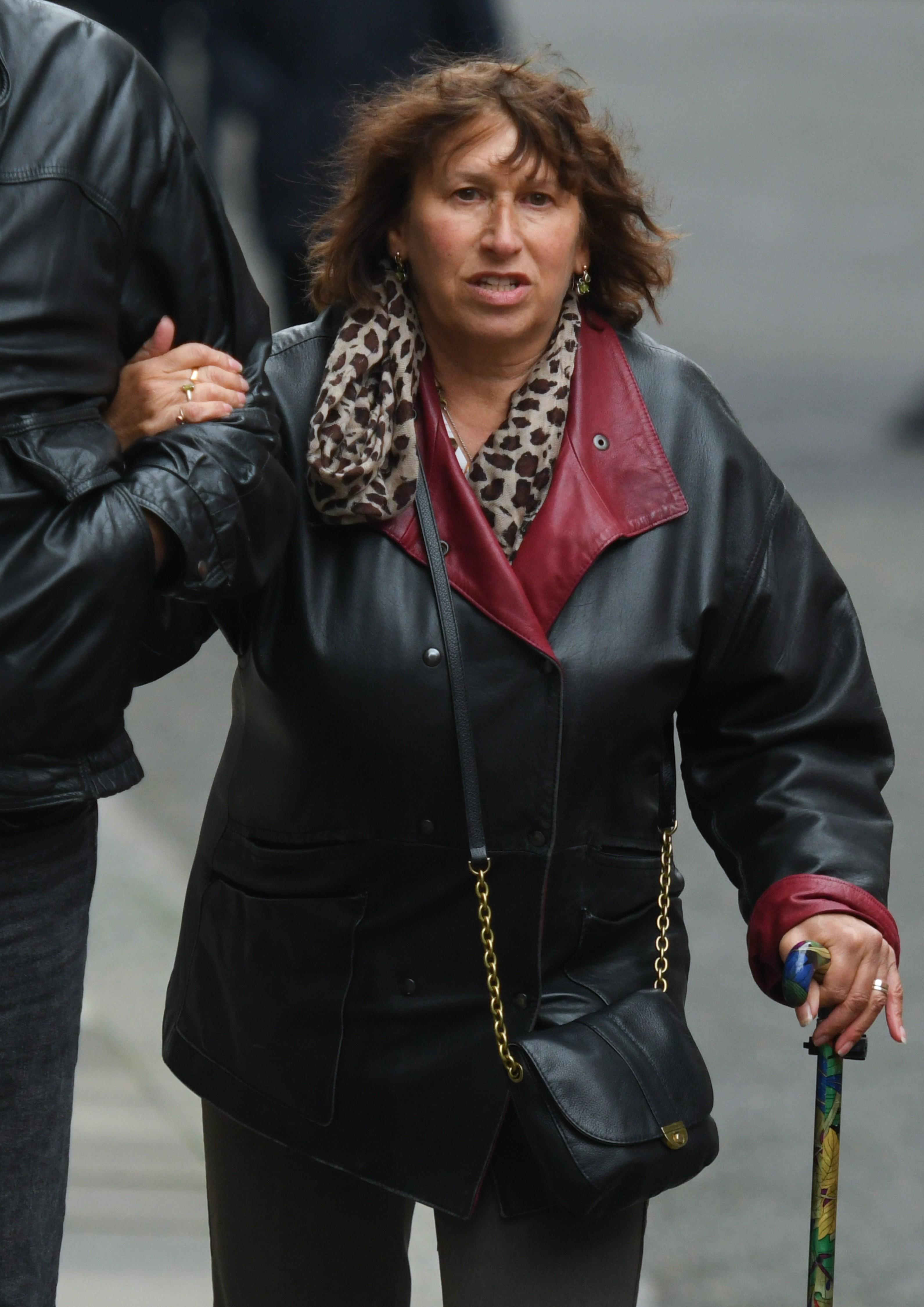 Janis Winehouse, mãe de Amy Winehouse (1983-2011) caminhando pelas ruas de Londres em foto de janeiro de 2020 (Foto: Getty Images)