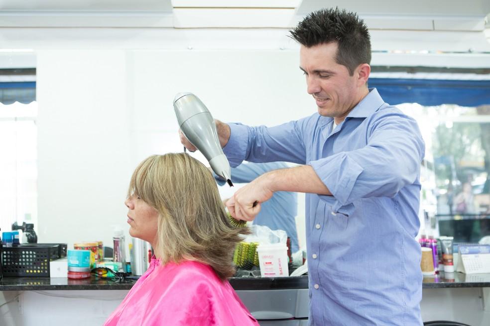 O cabeleireiro Iris Rocha, dono de um salão na região central de São Paulo: