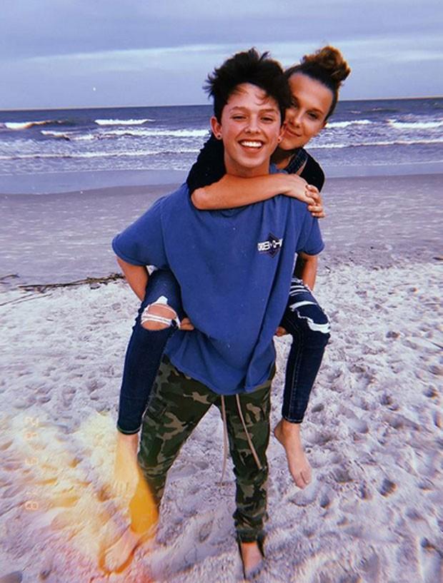 Millie Bobby Brown com namorado (Foto: Reprodução)
